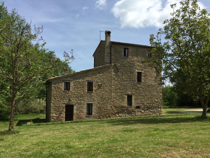 Casa Torre - Apt Frantoio, holiday rental in Tolentino