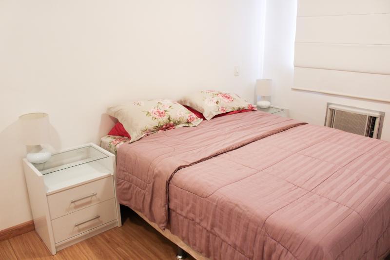 Suíte com cama Queen Size, ar-condicionado, Tv a Cabo e Wi-Fi.