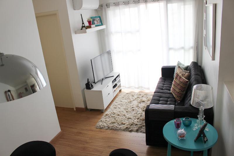 Confortável sala de estar com TV de 40' e ar-condicionado.