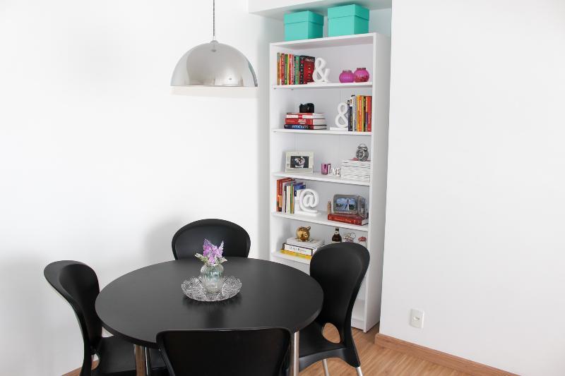 Mesa de jantar para 4 pessoas.