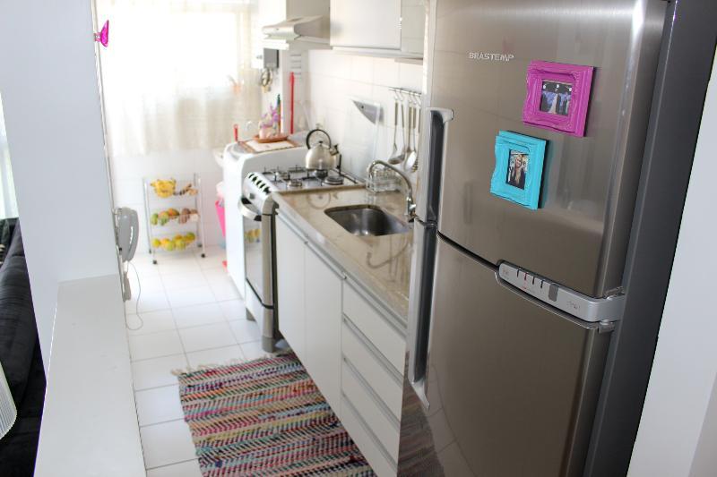 Cozinha completa com geladeira duplex, forno microondas e fogão de 4 bocas.