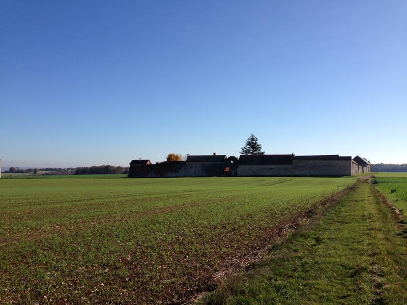 Le domaine, protégé par son spectaculaire mur d'enceinte se trouve à 85km de Paris et 58km de Rouen.