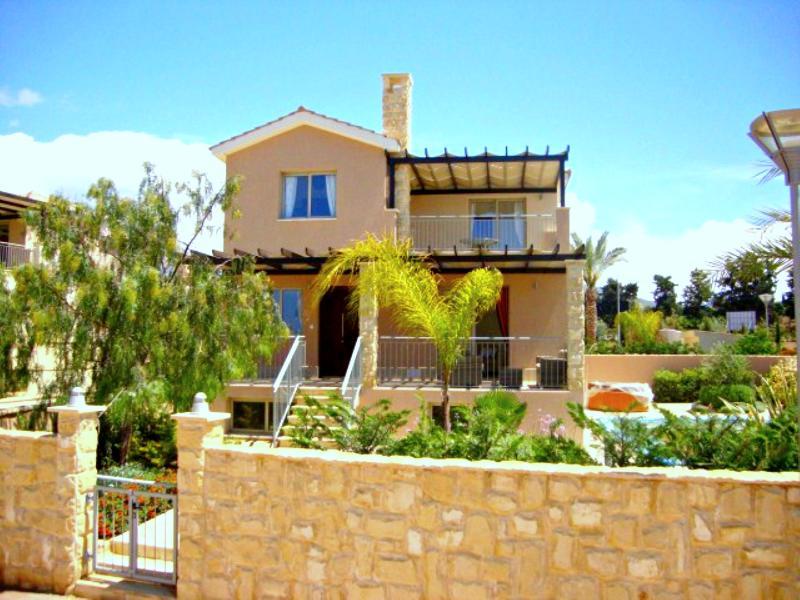 Amazing Luxury Villa - Jacuzzi - Games Room - Pool, holiday rental in Argaka