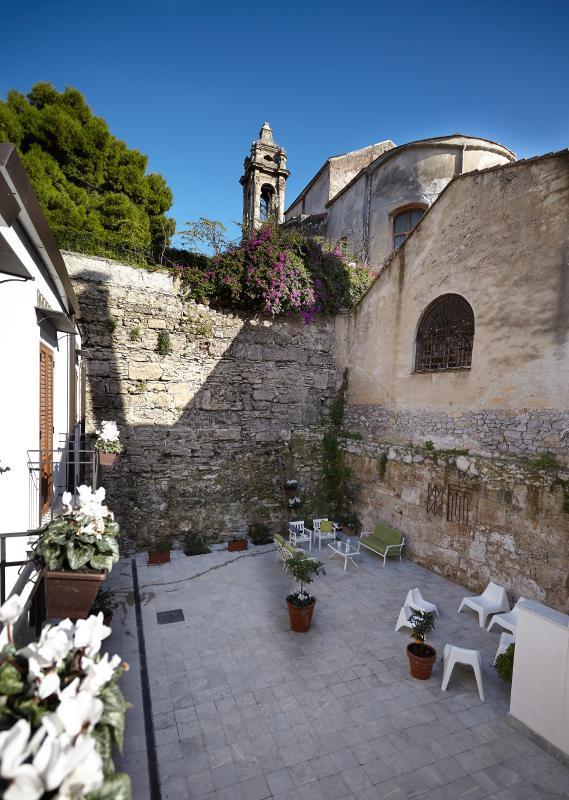 il patio interno alla struttura Baglio San Giovanni.Facciata con alcuni balconi degli appartamenti.