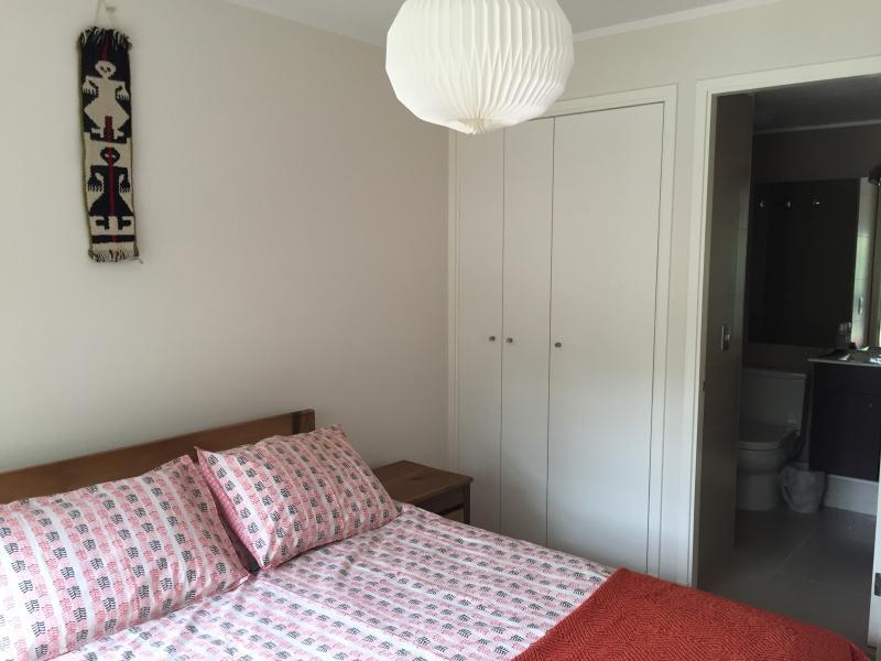 Dormitorio acogedor con baño en suite y closet
