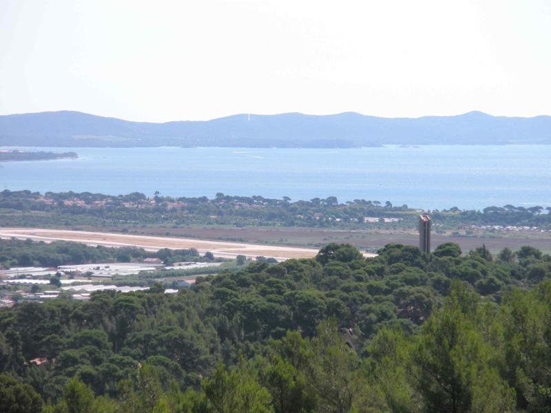 Vue depuis la terrasse devant le salon, Golfe de Hyères et collines des Maures