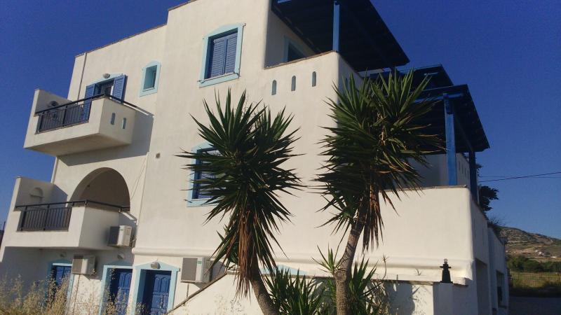 PALMOS APARTMENT near 3 natural beaches of Naxos, holiday rental in Pyrgaki