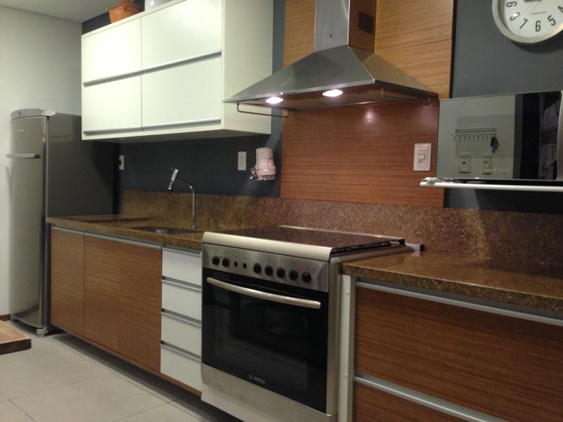 Cozinha completa com todos os equipamentos e utensílios necessários