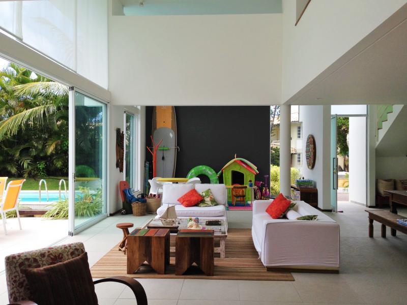 Sala de estar com vista para a sala de brinquedos ao fundo