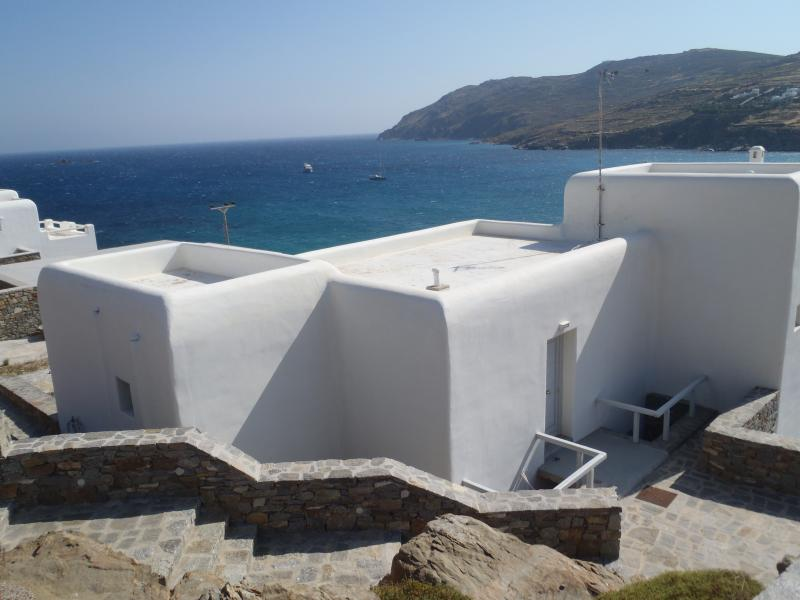4 bedroom house with sea view next to unique beach, Ferienwohnung in Kalo Livadi