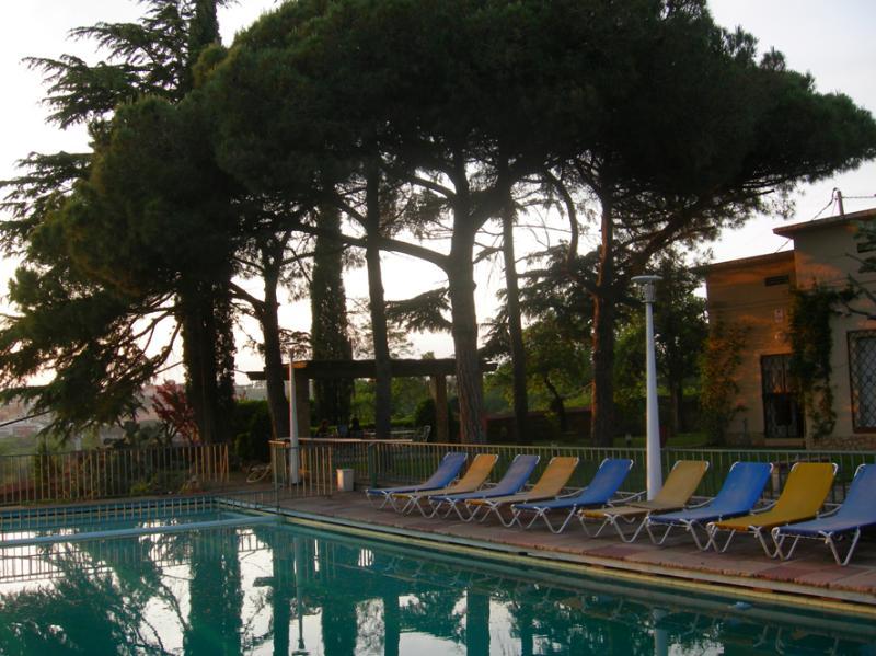 Piscina para mayores (14 x 7) y piscina niños (3 x 7) vallada.