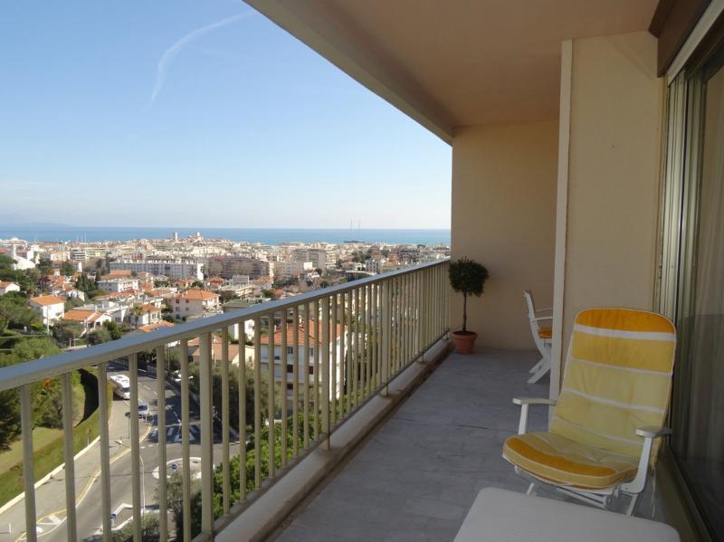 Appartement équipé, confortable avec vue sur la Baie de Nice dans résidence avec piscine et tennis.