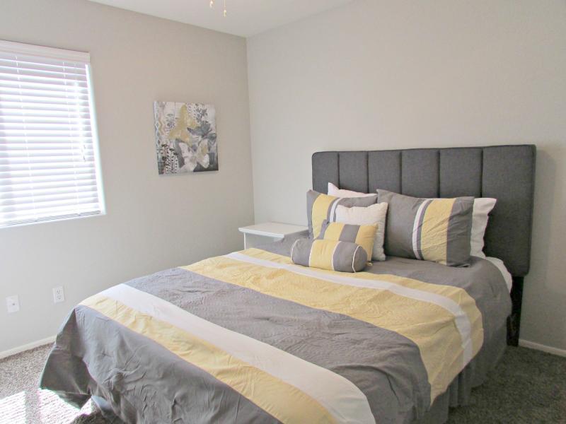 Guest bedroom w/ luxury queen size memory foam mattress