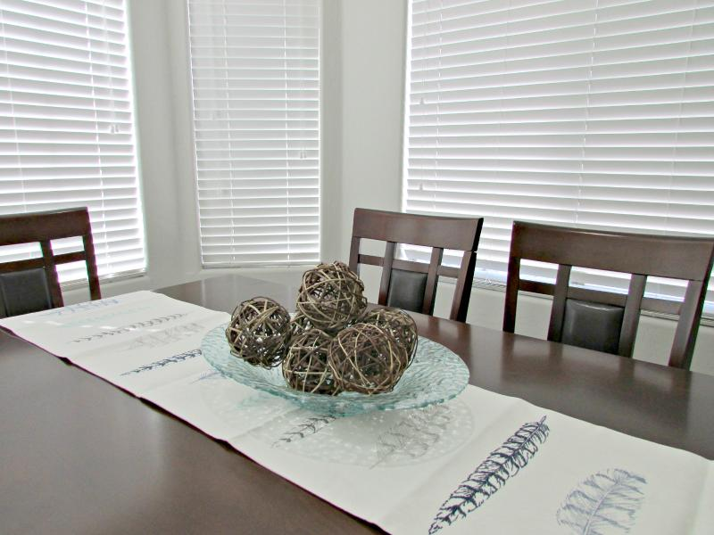 Dining room w/ seating for 6
