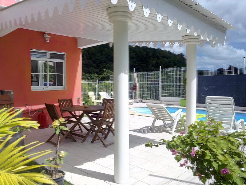 Abri de terrasse pour des repas au borbde la piscine