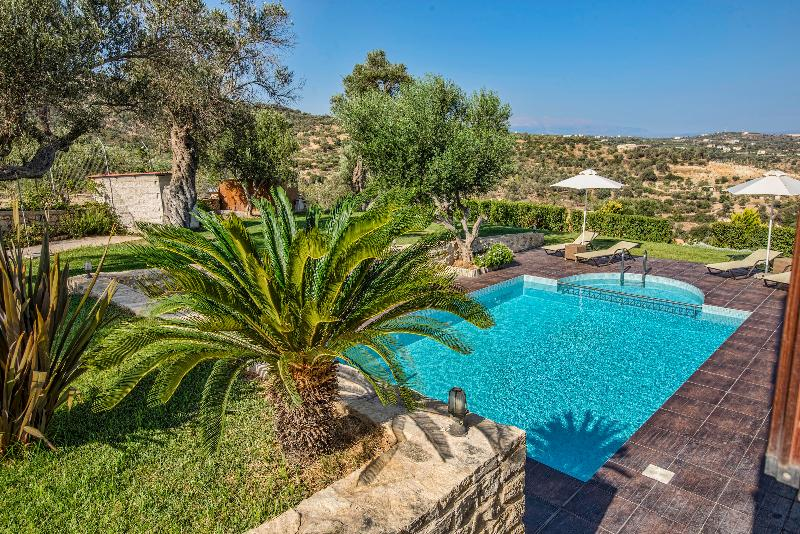 Luxury Villa Dafni with Private Pool, Children Toys, BBQ area & 3.5km to beach, holiday rental in Skaleta
