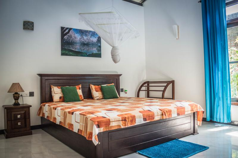 Double bedroom with private bathroom, vacation rental in Weligama