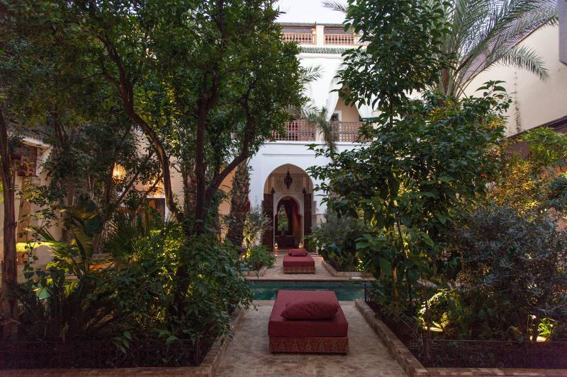 Le patio, sa piscine de 10m/3m et ses quatre jardins.