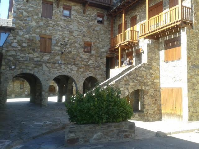 exterior y acceso  alojamiento - Acceso al  trastero (puerta madera al lado escaleras )