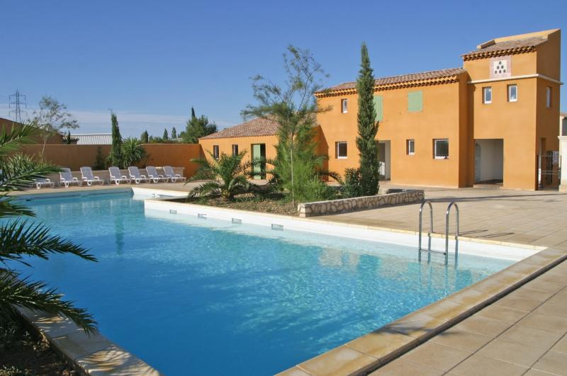 villa  située dans un domaine de vacances, vacation rental in Arles