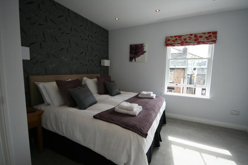 Master Bedroom with Kingsize Bed - Keswick Cottages
