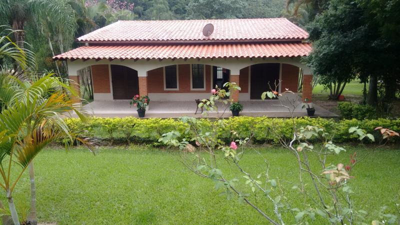 Casa sede com 3 dormitórios, sala 2 ambientes, cozinha, 2 banheiros e varanda com área gourmet.