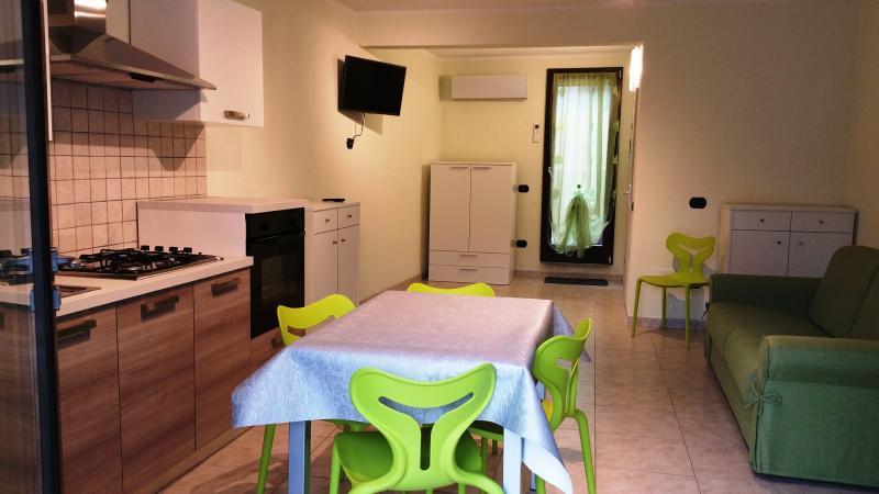 Panoramica cucina e divani