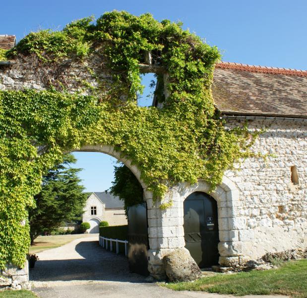 Le porche d'entrée du domaine, avec la grange dîmière classée dont on trouve la trace dès l'an 1020