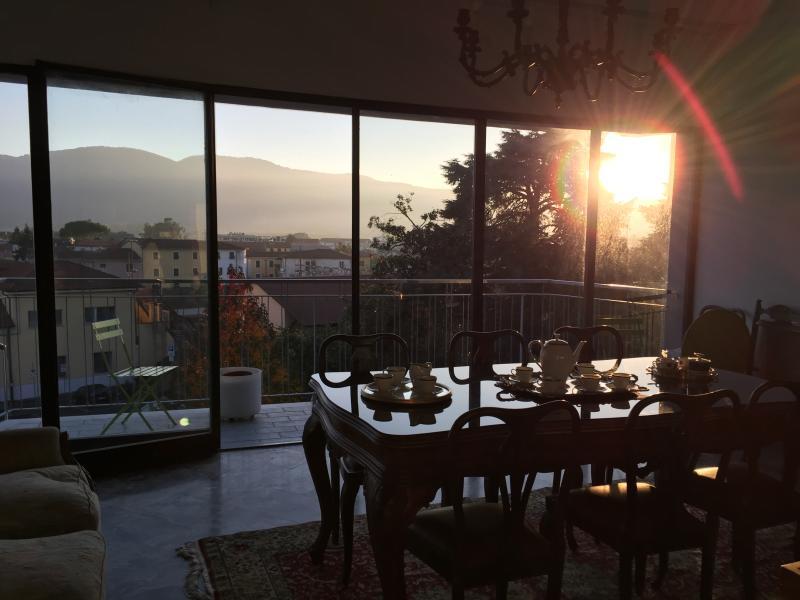 Un'accogliente colazione nel luminoso salone, baciati dal sole