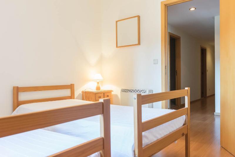 Segundo dormitorio con dos camas. Todas las habitaciones tienen grandes armarios empotrados