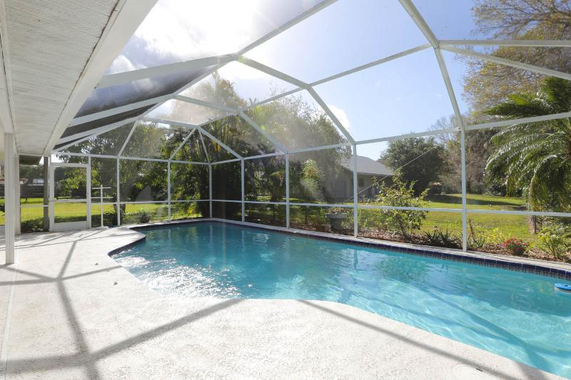 Elegant 5 Bedroom 3 bath Executive Home - HEATED POOL near Siesta Key Beaches!!!, holiday rental in Sarasota