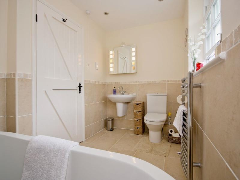 Spacious en-suite bathroom to master