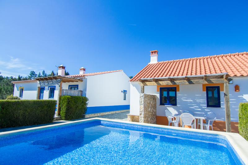 Digne Yellow Villa, Aljezur, Algarve, vacation rental in Aljezur