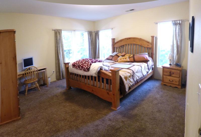Master bedroom 1: California King bed
