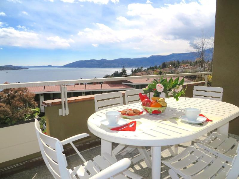 Selva 1 apartment in Ghiffa with pool and lake view, Ferienwohnung in Bee