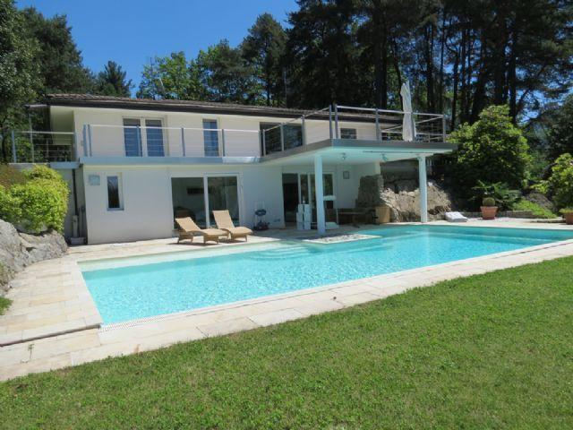 Villa Violetta in Luino with pool and garden, location de vacances à Monteggio