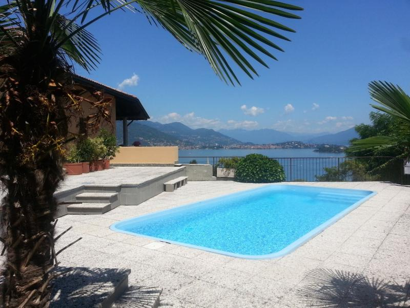 Cassandra holiday flat with pool and lake view, location de vacances à Isola Pescatori