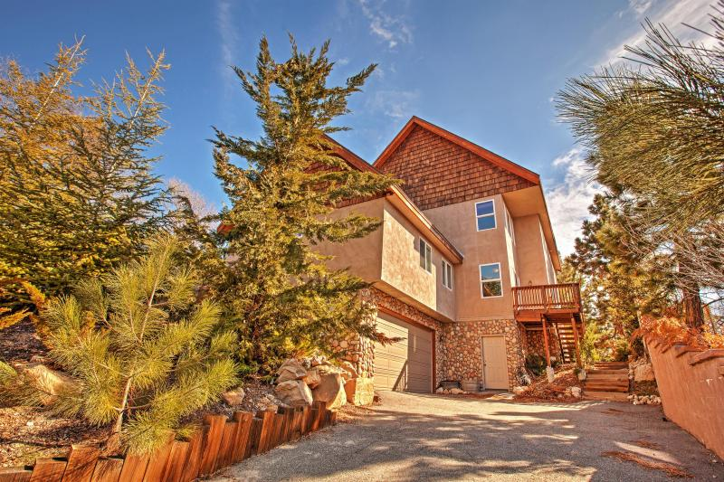 Lake Arrowhead Home w/ Mountain Views & Pool Table, holiday rental in Victorville