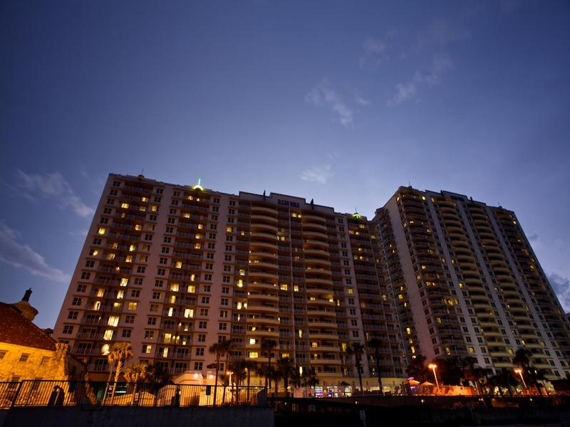 BeachFront HighRise 4 min from Lagoon Waterpark,w/ Direct beach access & 4 pools, holiday rental in Daytona Beach
