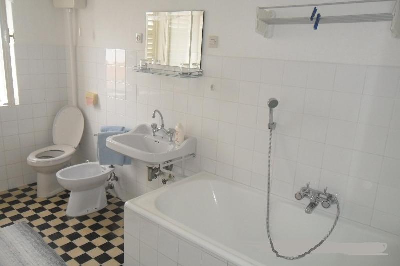 R7 (2 + 1): bagno con wc