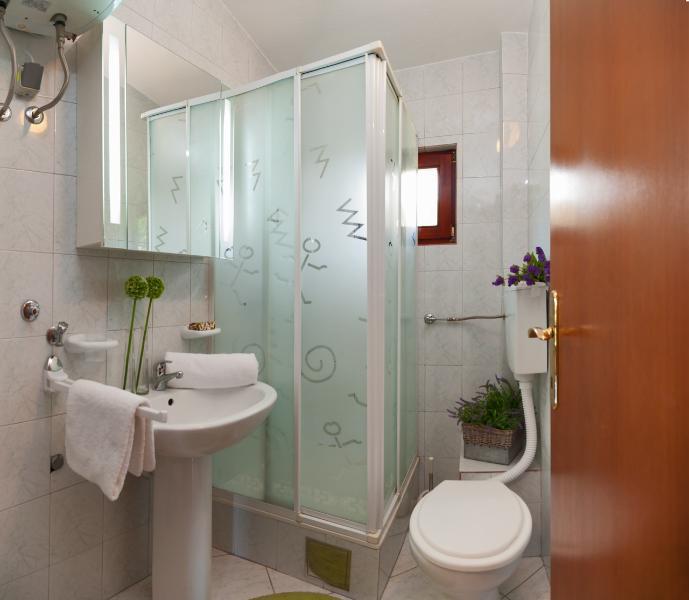 H (8 + 2): salle de bain avec toilette
