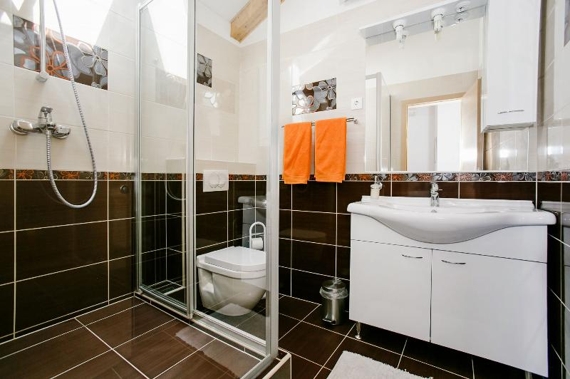 H (11): bagno con wc