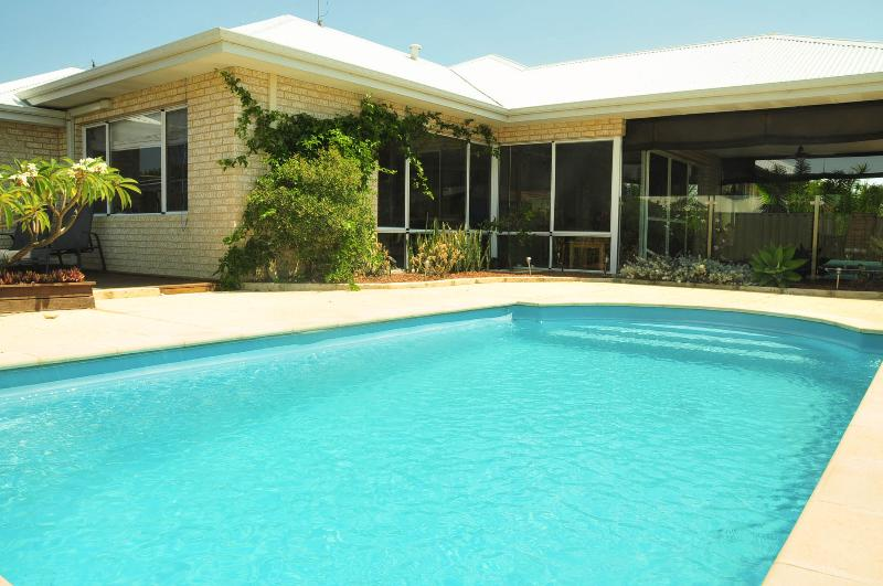 Halls Head Home with sparkling pool, sundeck,barbecue & 3 min walk to beach, holiday rental in Mandurah
