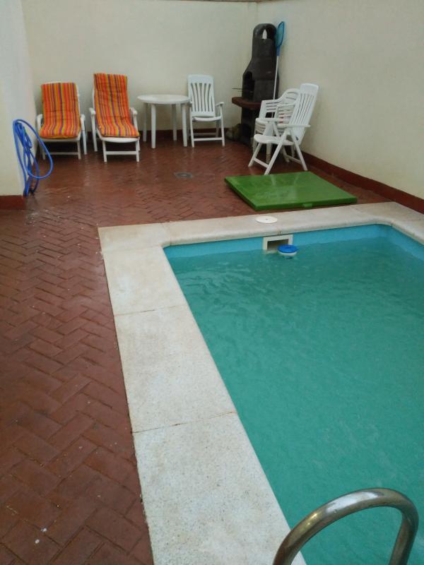 Patio con piscina y barbacoa