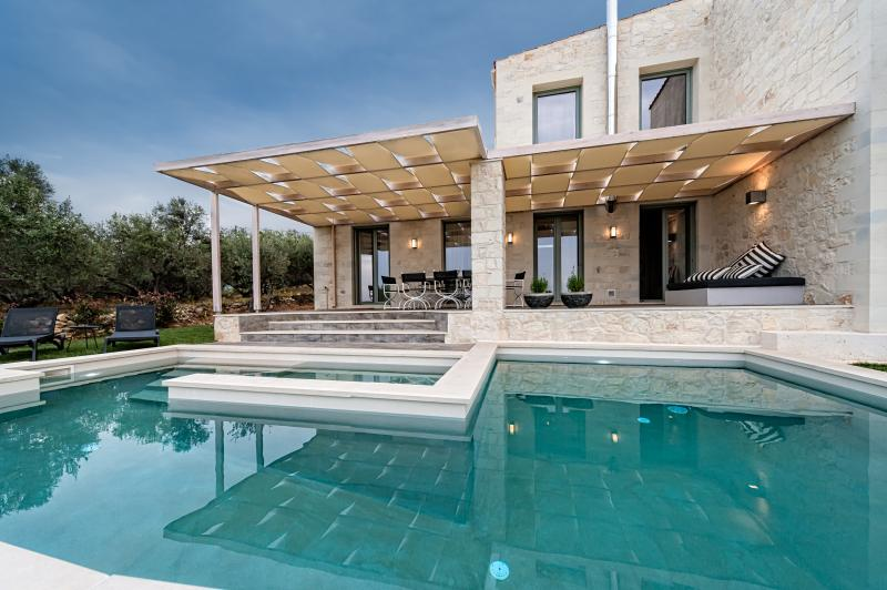 Faidra's Olive Grove Luxury Villa, vacation rental in Kontomari