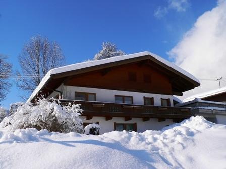 Vorderansicht des Hauses im Winter.