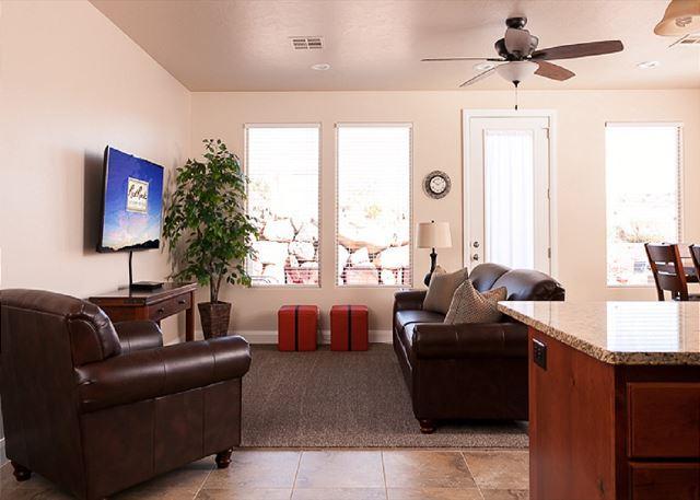 Sala de estar con TV, acceso al patio