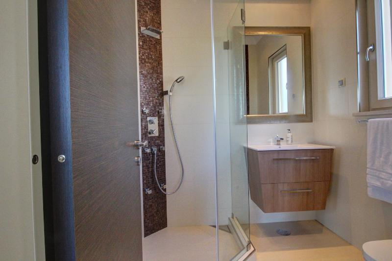 Twin bedroom ensuite bathroom
