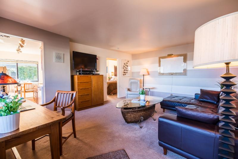 Comfortable, clean and quiet Madison Park 1 bedroom suite