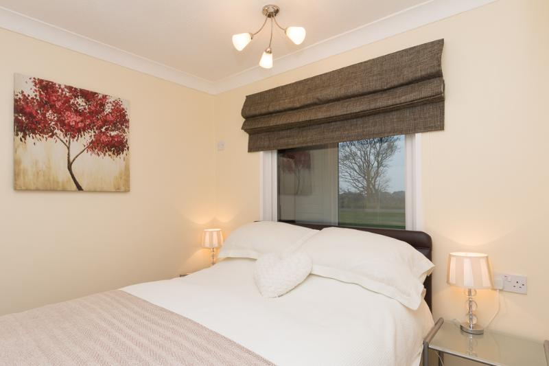 Perfect for couples & families great value modern clean (walk beach & pub) 4, holiday rental in Ormesby St. Margaret